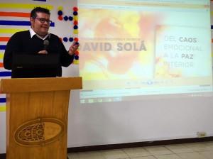 Juan Triviño presentando la última obra de David Solà.