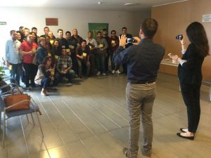 Estudiantes del Seminario Bautista de Madrid con sus Biblias NTV de regalo.